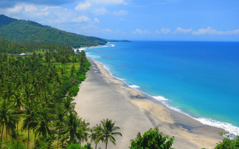 beautiful-deserted-rural-and-lush-lombok-beach-pantai-nipah-with-crystal-blue-waters-and-coconut-trees-660761902_4000x2248